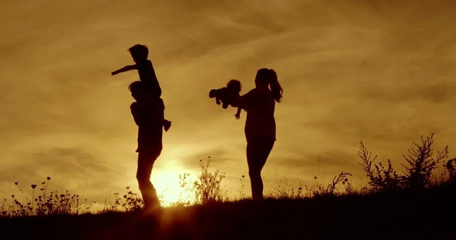 Boy And Girl Hugging Hd Wallpaper Happy Family Father Mother And Baby Playing At Sunset