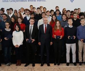 Türkiye İş Bankası'nın 'Altın Gençler' projesi kapsamında öğrencilere para ve Interrail bileti ödülü verildi