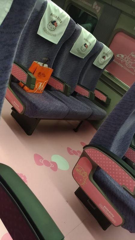 ハローキティ新幹線の内装