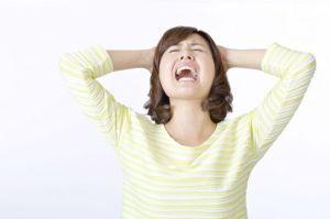 大声、悩む、頭を抱える、叫ぶ