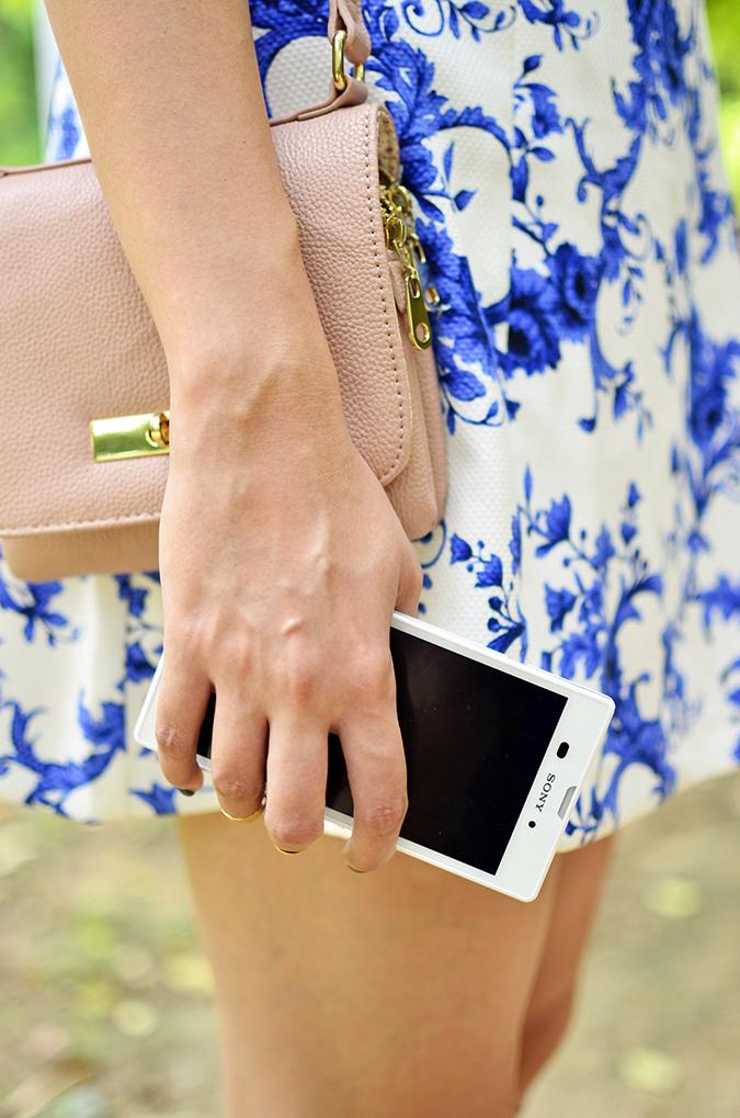 Sony Xperia T3 & a Friday Lunch | www.akanksharedhu.com | phone in hand bag