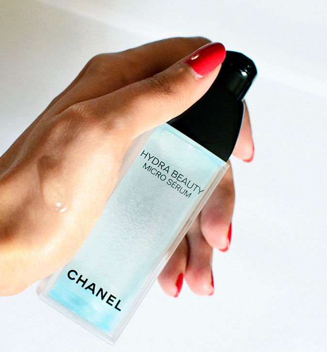 Hydra Beauty Micro Serum | Chanel | Akanksha Redhu | texture with bottle in hand