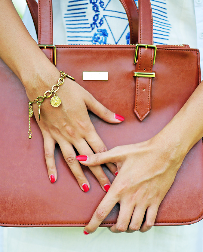 #SundayLiving | AND | Akanksha Redhu | holding bag close