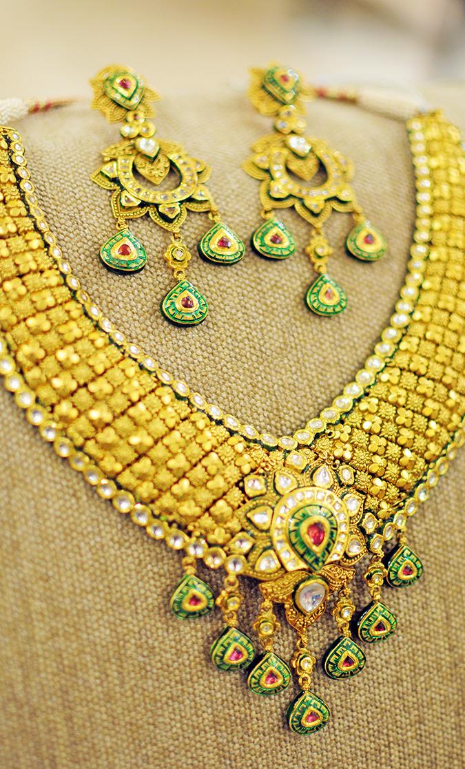 Tanishq Wedding Jewellery | Marwari Wedding | Akanksha Redhu | necklace & earrings on sofa