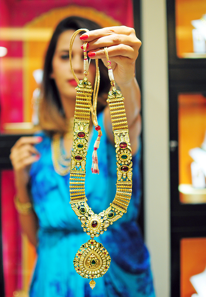 Marwari Weddings | Tanishq | Akanksha Redhu | long necklace focus holding