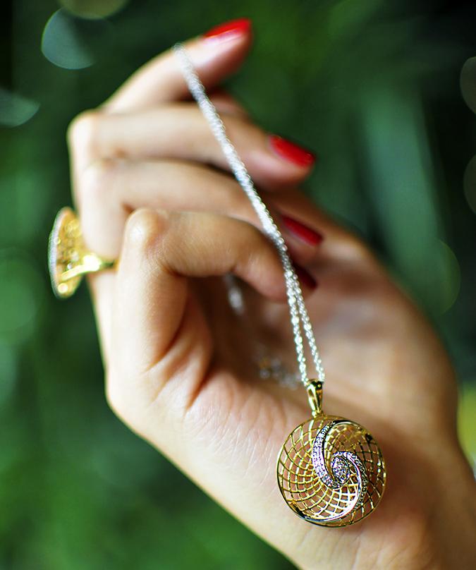 BeeJewelled - CaratLane | Akanksha Redhu | pendant in hand