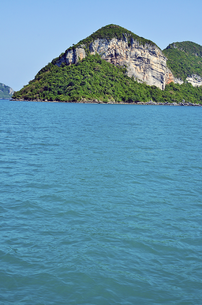 Ang Thong National Marine Park | Akanksha Redhu | water and green rock
