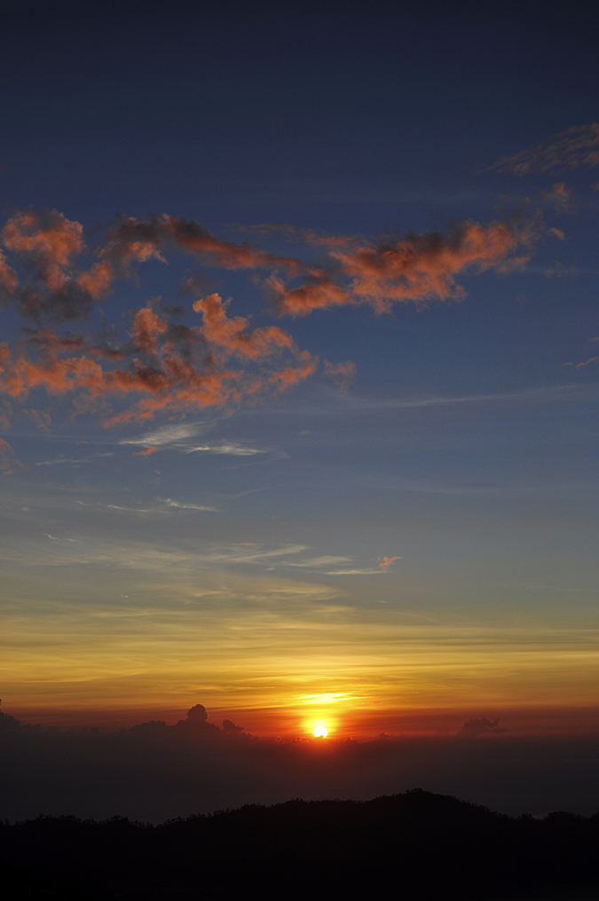 Mount Batur Sunrise Trek | Bali | Akanksha Redhu | long sunrise with pink clouds