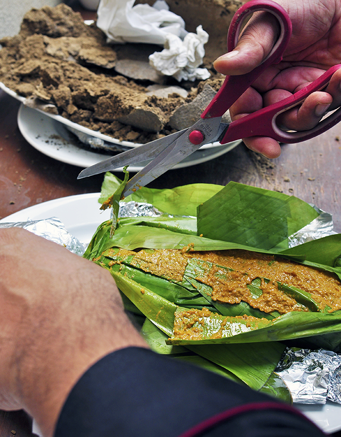 JW Marriott |Chef Vivek Bhatt | Akanksha Redhu | chef cutting open fish curry colors