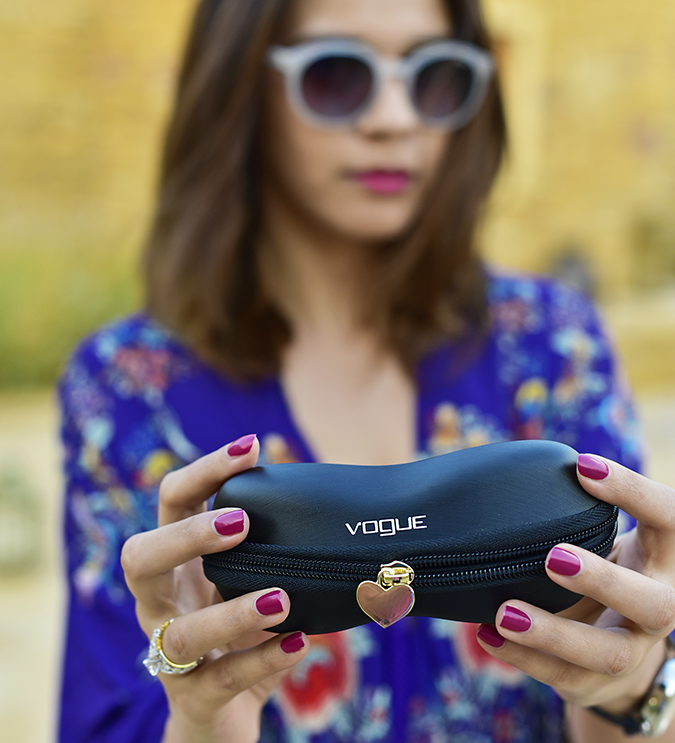 #ShowYourVogue | Akanksha Redhu | holding otu case heart