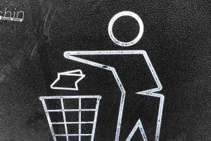 ゴミをゴミ箱へ捨てる人の白線イラスト