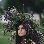 花飾りをつけた女性