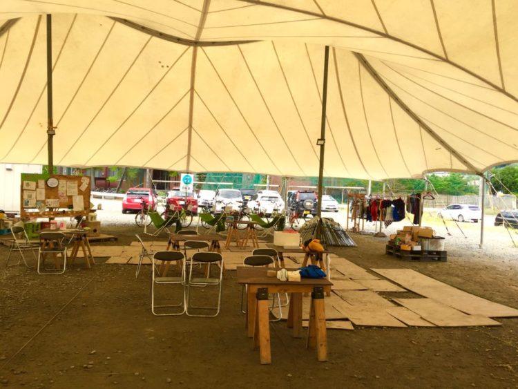巨大テント内。