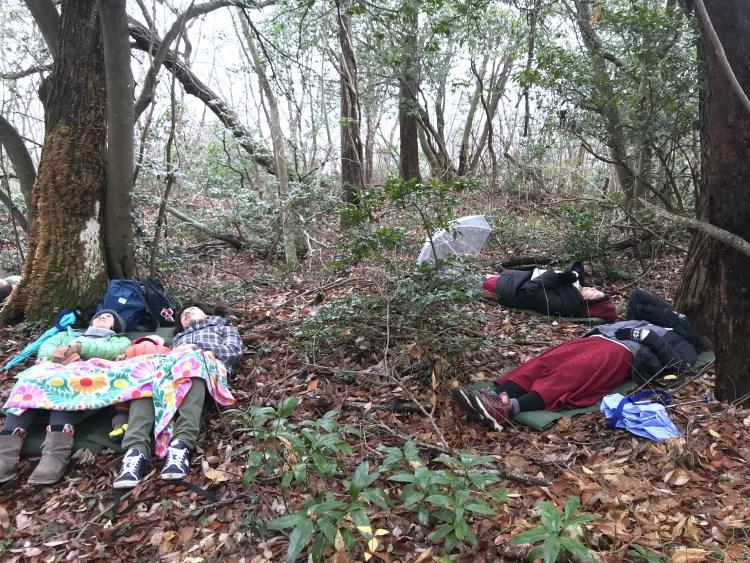 冬の森に寝転ぶ。