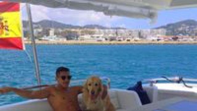 Anjing kesayangannya ikut diajak berlayar bersama (alexis_officia1/Instagram)