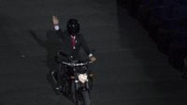 Membandingkan Jokowi Bermoge hingga Ratu Elizabeth Terjun Payung