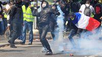 Gerombolan anarkis memicu tembakan gas air mata dalam aksi May Day di Paris