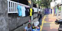 Pernak-pernik Seputar Ed Sheeran Dijajakan di Sepanjang Senayan