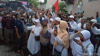 Demo di depan Bawaslu Solo.