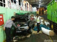 Bangkai mobil tertimpa truk muat beras/