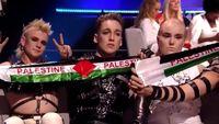 Kontestan Eurovision asal Islandia, Hatari, tampak membentangkan selendang bendera Palestina