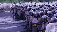 Massa di Jl Brigjen Katamso, Slipi, pukul 18.02 WIB, Rabu (22/5/2019)