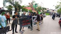 Protes Pembangunan Jalan Lingkar di Riau, Aktivis Gelar Aksi Teatrikal