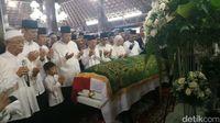Ma'ruf Amin Pimpin Salat Jenazah Ani Yudhoyono di Pendopo Rumah SBY