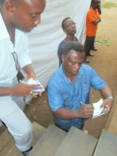 Ngabo Léonce donnant quelques instructions au CMM à Kinama (www.akeza.net)