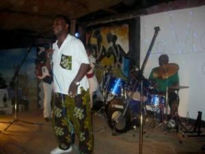 Ngabo Léonce sur la scène du Bar restaurant La Vigne (www.akeza.net)