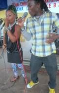 Riziki et Vivi au concert en mémoire de Matata à Kinama (www.akeza.net)