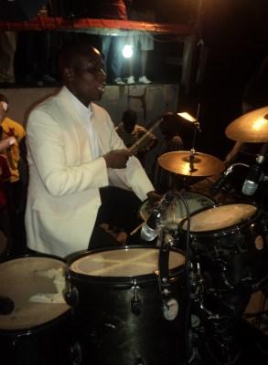 Bruno SIMBAVIMBEREà la batterie (www.akeza.net)