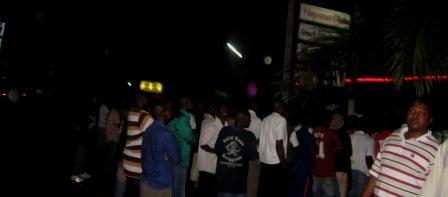 Des fans regardant le match dans la rue au Balneo-Havana (www.akeza.net)