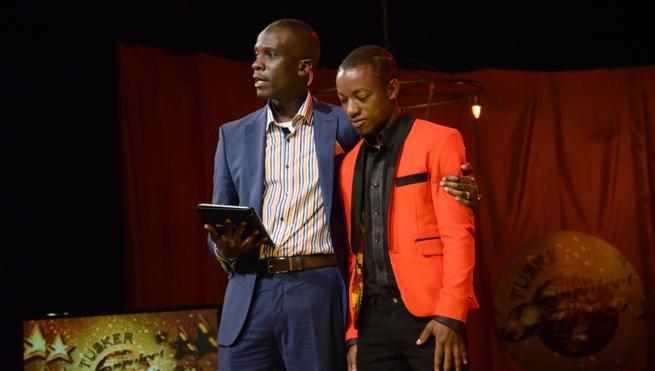 Le présentateur M ich Egwang avec Pacifique Gashuri après qu'il ait été le premier candidat à être éjecté de l'Académie TPF (www.akeza.net)