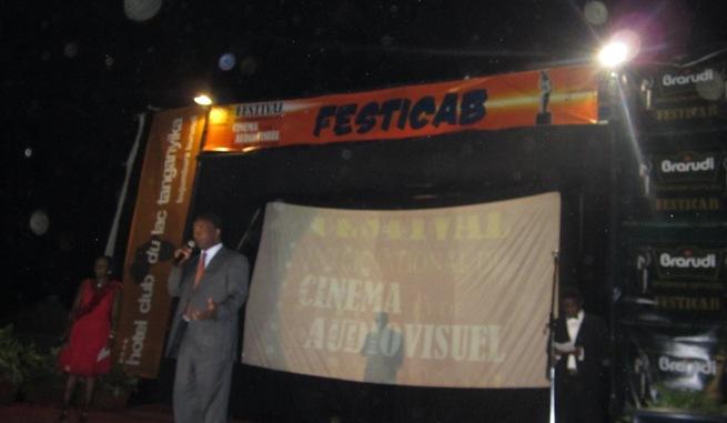 Les sponsors majeurs se partagent le devant de l'affiche)  (www.akeza.net)