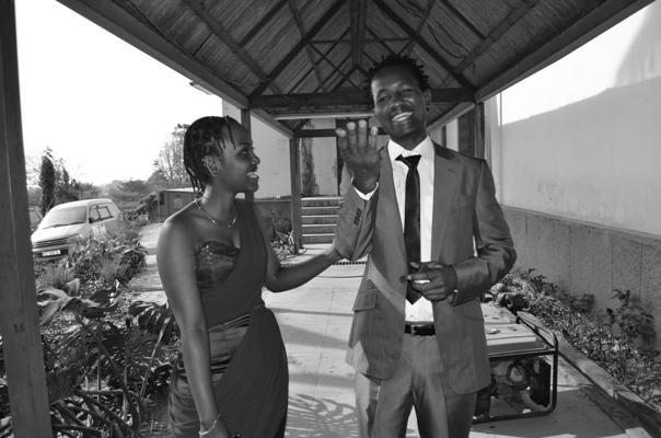 Jiji Seven et sa copine  (www.akeza.net)