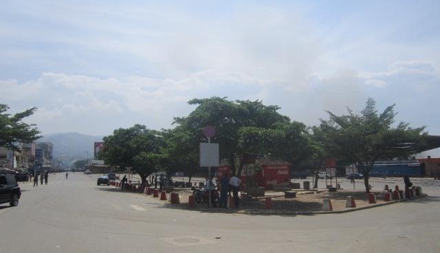 Voici à quoi ressemblait le centre ville , centre nerveux des affaires , à 12h 30 (www.akeza.net)