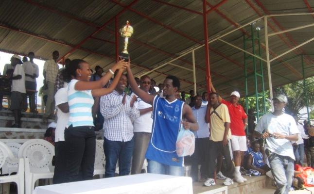 Chanelle , présidente du collectif Agati k'Imana et le capitaine d'Urunani montrent le trophée au public (www.akeza.net)