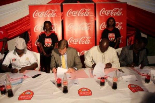 De gauche à droite, l`assistant du ministre des Sports, l`ADG de la Brarudi, l`assistant du ministre de l`Enseignement de base ainsi que la présidente de la FFB au moment de la signature de la convention du lancement de la Copa Coca-Cola 2013(www.akeza.net)