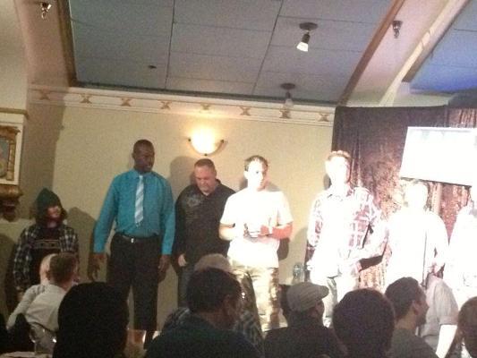 Michou avec d'autres comédien à Vancouver (www.akeza.net)