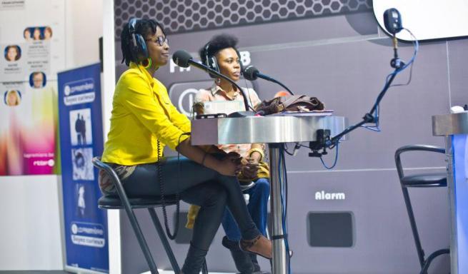 Pamela avec la chanteuse Riziki au studio (www.akeza.net)