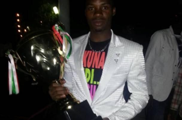 Abdoul Razak posant avec la coupe qu'avait gagné son club (www.akeza.net)