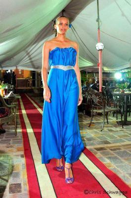 Louise , mannequin , défile pour Vah Fqshion Services lors du Love Fashion (www.akeza.net)