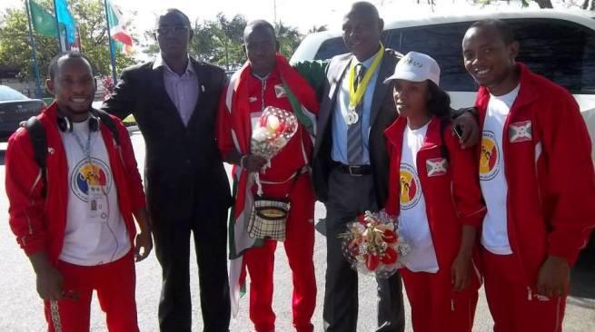 Clarisse MUGISHA sur la photo , à droite du ministre des sports et de la culture Adolphe RUKENKANYA (www.akeza.net)