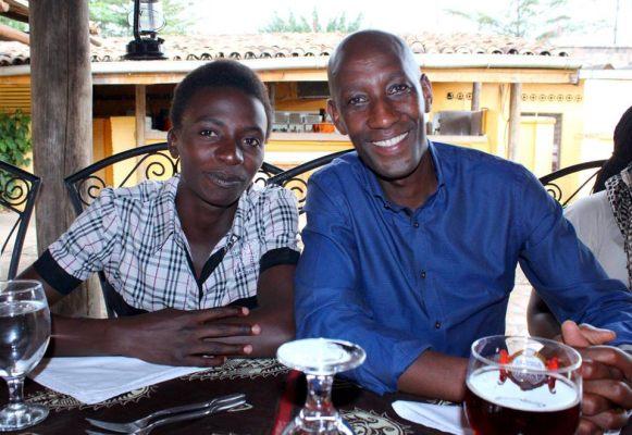 Francine Niyonsaba et Venuste Niyongabo, champion olympique du 5000m aux JO d`Atlanta en 1996 posent ensemble à l`occasion d'une réception d`accueil de M. Niyongabo nouvellement admis au sein du Comité National Olympique (CNO), au resto Le Safran © Thierry NIYUNGEKO (www.akeza.net)