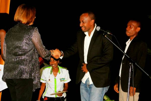 Le réalisateur Aristide Muco serre la main à l'ambassadrice des Etats-Unis au Burundi-FESTICAB 2013 (www.akeza.net)
