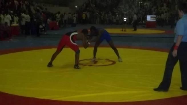 Sur la photo , l'un de ses lutteurs en plein combat (www.akeza.net)