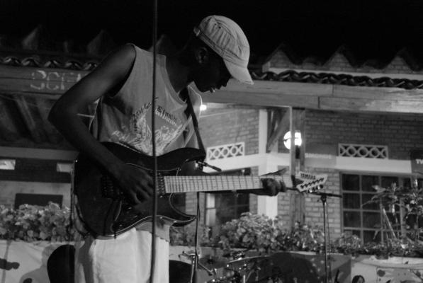 Arnaud Nganji , guitariste chez mutcho (www.akeza.net)