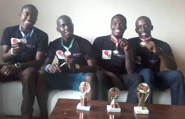 Les karatékas médaillés posent avec leurs trophées (www.akeza.net)