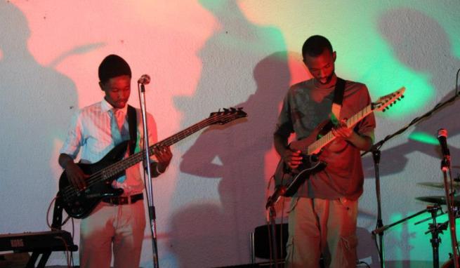 Yvan Kwizera et Arnaud Nganji , gutitaristes chez Mutcho (www.akeza.net)